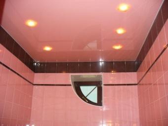 Потолок в тон керамической плитки