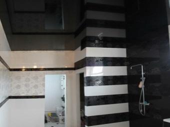 Натяжной потолок в тон фриза