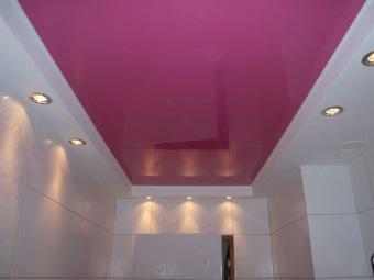 Натяжной потолок розового цвета