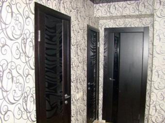 Вставки из стекла в пластиковых дверях для ванной комнаты и туалета