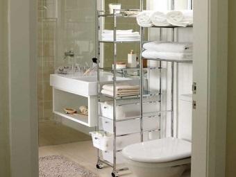 Напольные и навесные полки для ванной в интерьере