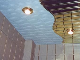 Закрытые рейки реечного потолка в ванной комнате