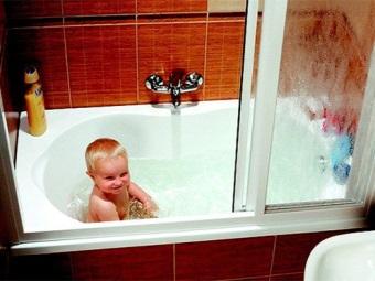 Ребенок в ванне за шторкой