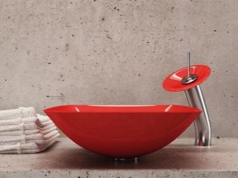 Красная сантехника в ванной