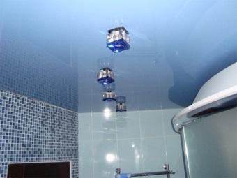Потолочные врезные светильники в ванной комнате