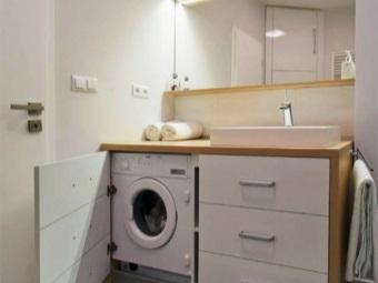 Встроенная стиральная машинка в шкафу