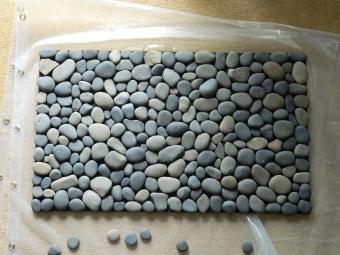 Большими камнями закрываем отверстия