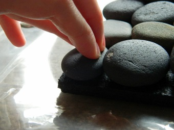 Приклеиваем камень