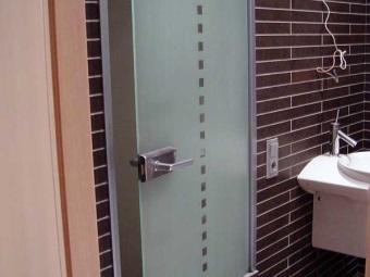 Двери матовые стеклянные в санузел