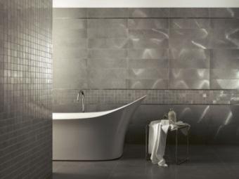 Металлические стены в ванной комнате