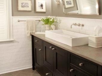 Светильники для зеркала в серой ванной