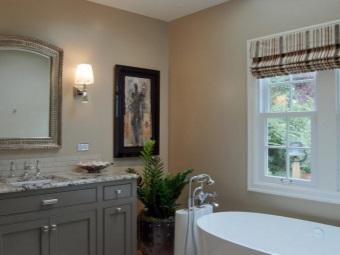 Серая ванная комната с настенными светильниками