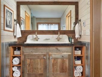 Зеркало в деревянной раме в ванной в стиле кантри