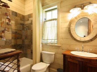Круглое овальное зеркало в ванной в стиле кантри
