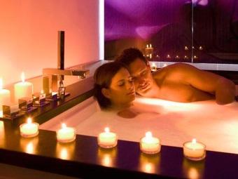 Ванна для двоих в романтической атмосфере
