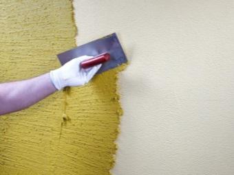 Нанесение фактурной штукатурки на окрашенную стену