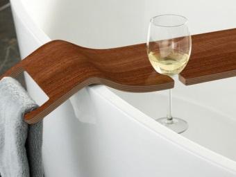 Деревянная полка для бокалов в ванну