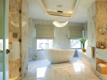 дизайн ванной комнаты с красивой люстрой