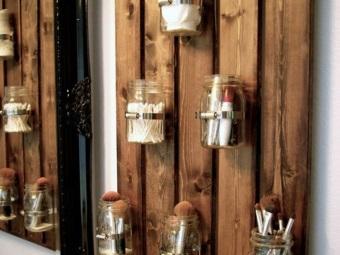 Банки на стене в ванной комнате для хранения мелочей