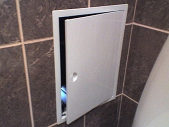 Дверцы для лючков на коробах в ванной комнате
