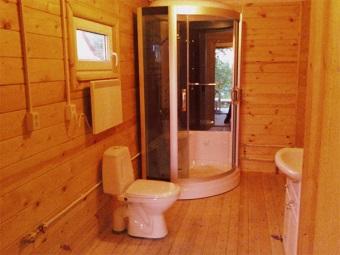 Душевая кабинка в ванной комнате в деревянном доме