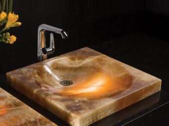 Раковина из оникса в ванную комнату