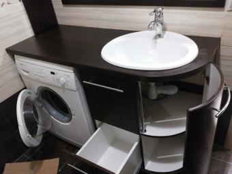 Установка тумбы с раковиной в ванной комнате