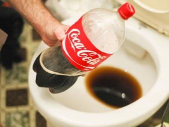 Кока-кола для чистки унитаза