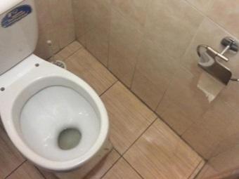 Унитаз со смещенным вперед зеркалом воды