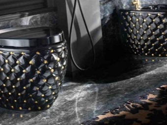 Ванная комната с черным унитазом в дизайнерском стиле