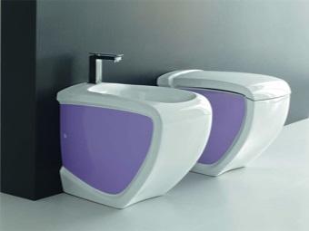 Унитаз и биде фиолетового цвета