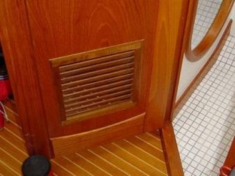 Вентиляция в двери ванной комнаты