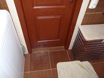 Двери из натурального дерева с вентиляцией для ванной