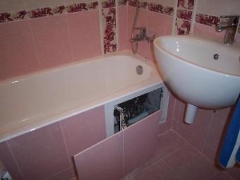 Раздвижной экран из плитки под ванной
