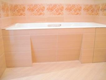Экран из керамической плитки с уклоном под ванной