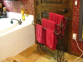 Вешалка для полотенец располагаемая на полу в ванной
