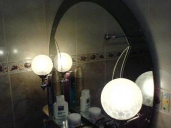 Подсветка на зеркале с полкой