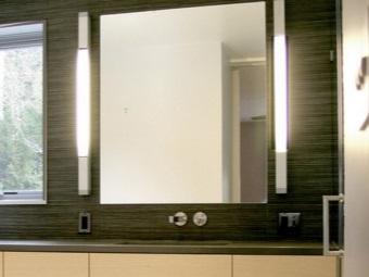 Настенное зеркало в ванной комнате с подсветкой