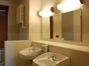 Расположение настенного бра над зеркалом в ванной комнате