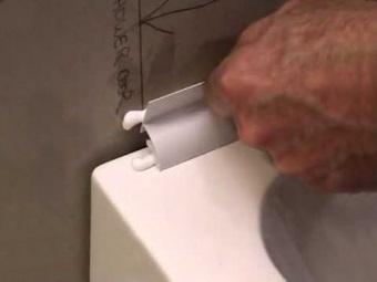 Заделка зазора между ванной и стеной при помощи пластикового бордюра