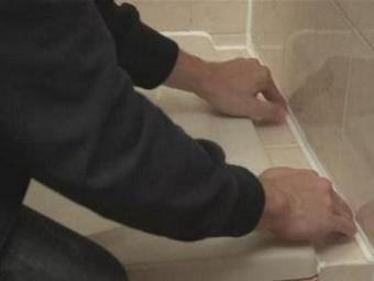 Заделка щелей между ванной и стеной при помощи
