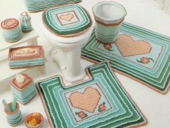 Плюсы  вязанных крючком ковриков для ванной и туалета