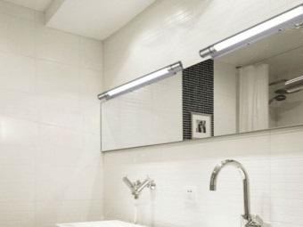 Настенные светильники в ванной с люминесцентными лампами