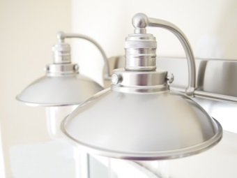Установка настенных светильников в ванной комнате
