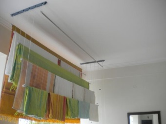 Достоинства потолочных сушилок для белья в ванной комнате