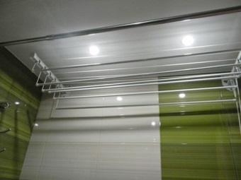 Расположение потолочной сушилки для белья в ванной