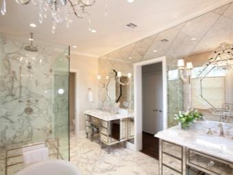 Светильники около зеркала в ванной комнате