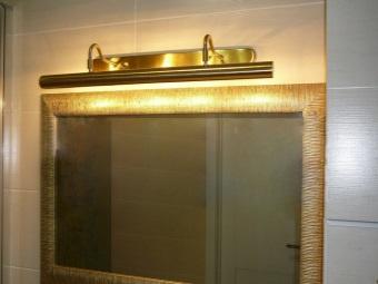 Установка светильника для зеркала в ванной