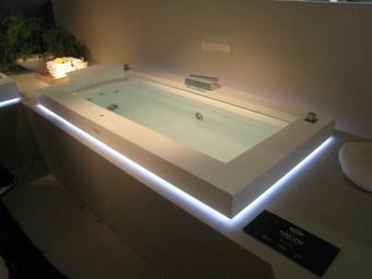 Ванна с голубой подсветкой