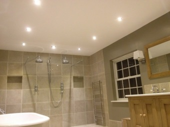 Преимущества точечных светильников для ванной
